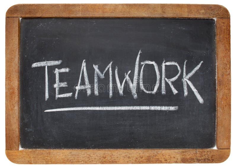 Palabra del trabajo en equipo en la pizarra imagen de archivo libre de regalías
