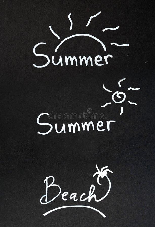 Palabra del verano en el tablero de tiza negro imágenes de archivo libres de regalías