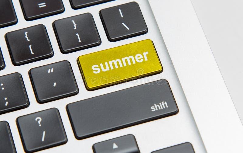 Palabra del verano en la llave de vuelta del ordenador fotografía de archivo