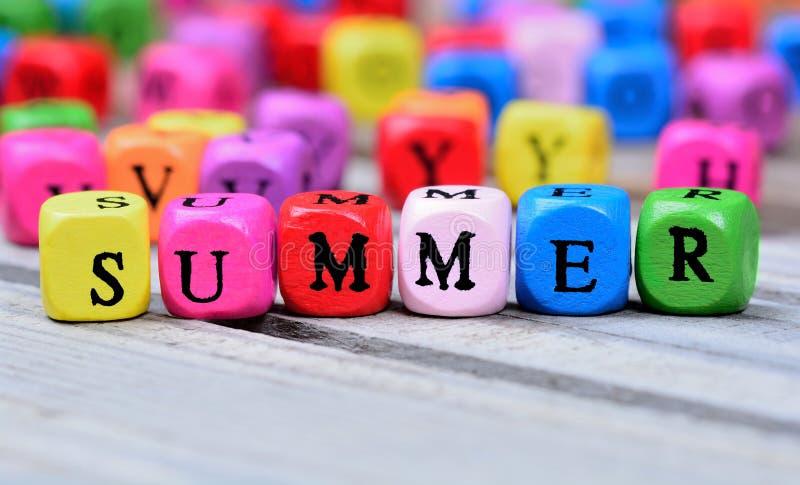 Palabra del verano en la tabla fotos de archivo