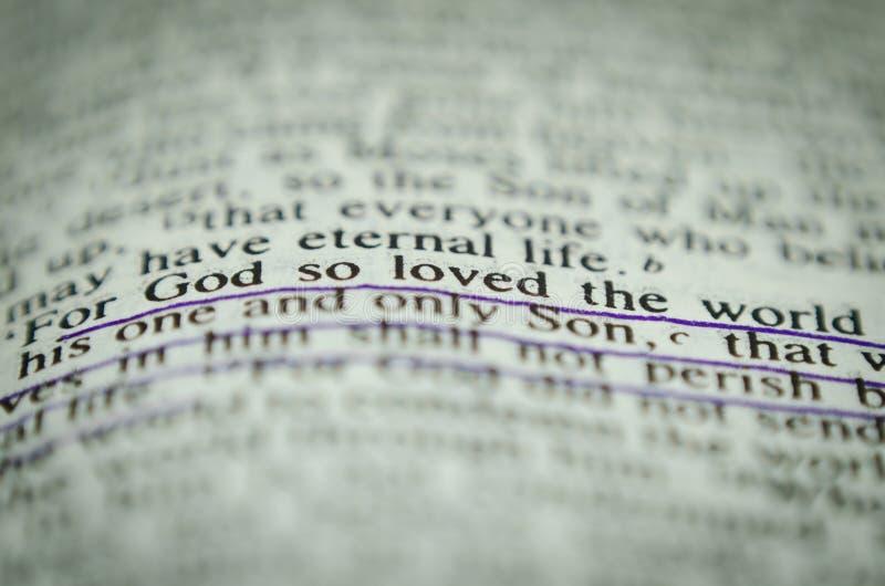Palabra en la biblia Juan 3 16 foto de archivo
