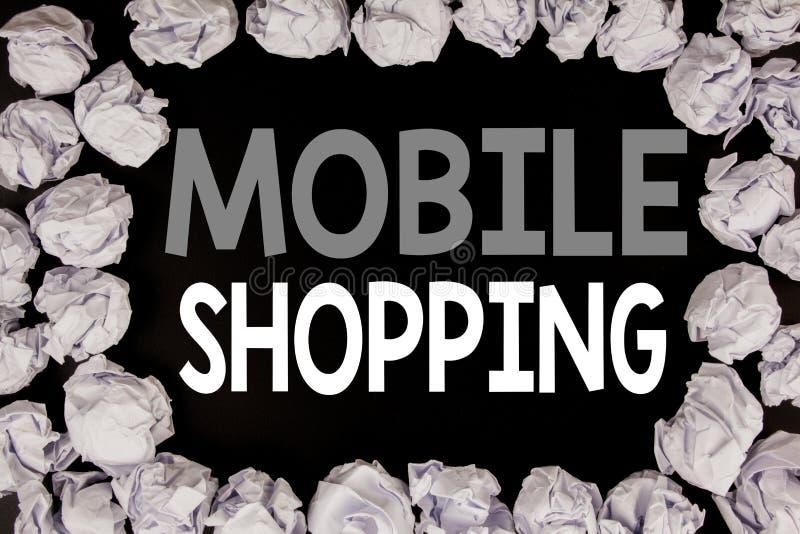 Palabra, escribiendo compras móviles Concepto del negocio para la orden en línea del teléfono móvil escrita en fondo negro con el imagenes de archivo