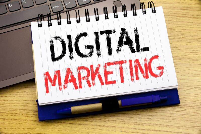 Palabra, escribiendo el márketing de Digitaces Concepto del negocio para la estrategia empresarial escrita en el libro del cuader fotos de archivo