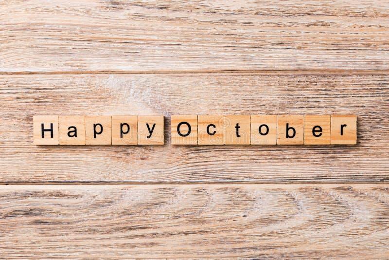 Palabra feliz de octubre escrita en el bloque de madera Texto feliz en la tabla, concepto de octubre imagenes de archivo