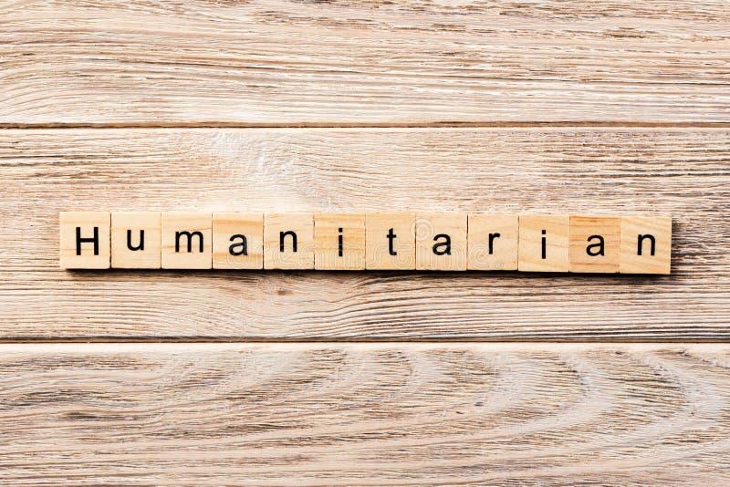 Palabra humanitaria escrita en el bloque de madera texto humanitario en la tabla, concepto imagenes de archivo