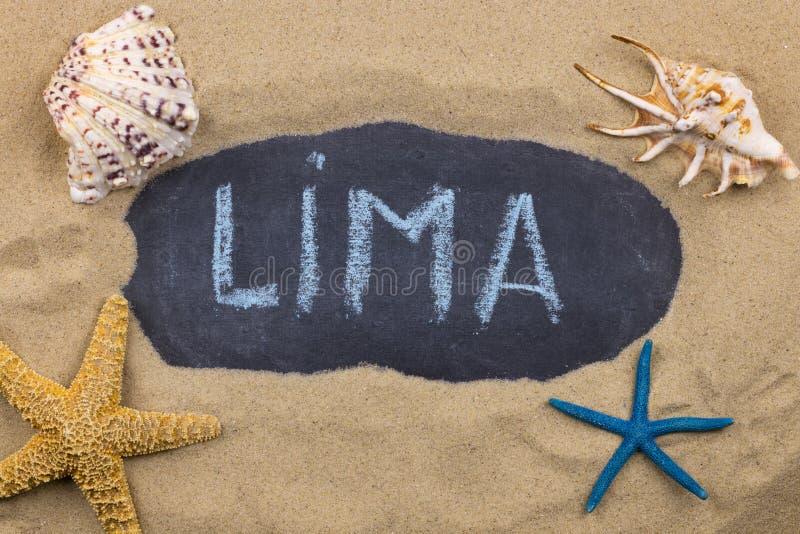 Palabra manuscrita LIMA escrita en tiza, entre conchas marinas y estrellas de mar imagen de archivo libre de regalías