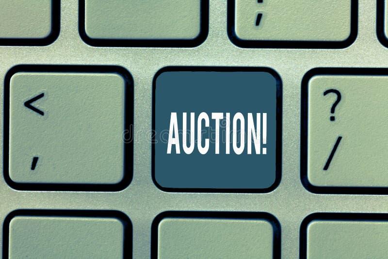 Palabra que escribe la subasta del texto Concepto del negocio para las mercancías de la venta pública o propiedad vendida a la co fotografía de archivo