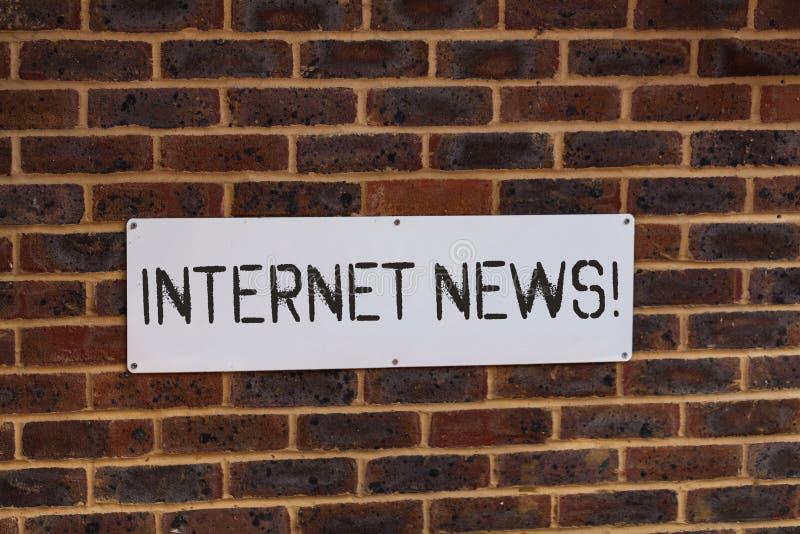 Palabra que escribe noticias de Internet del texto Concepto del negocio para la información sobre los sucesos actuales publicados imagen de archivo