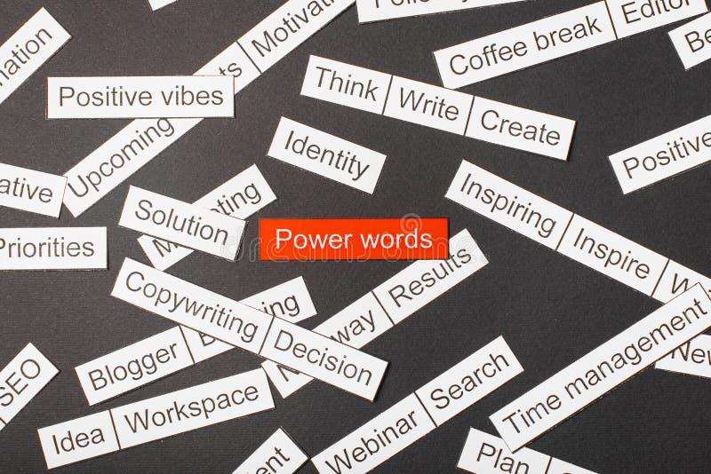 Palabras cortadas del poder de la inscripción del papel en un fondo rojo, rodeado por otras inscripciones en un fondo oscuro Conc imagen de archivo libre de regalías