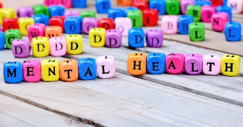 Palabras de la salud mental en la tabla de madera imagen de archivo libre de regalías