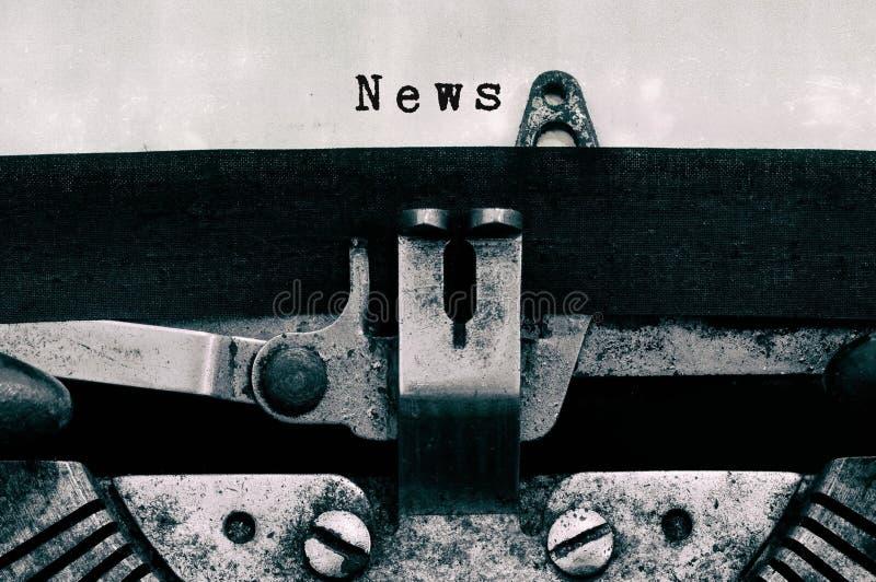 Palabras de las noticias mecanografiadas en una máquina de escribir del vintage imagen de archivo