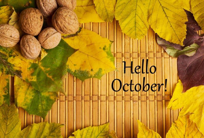 Palabras hola octubre en fondo rústico imagenes de archivo