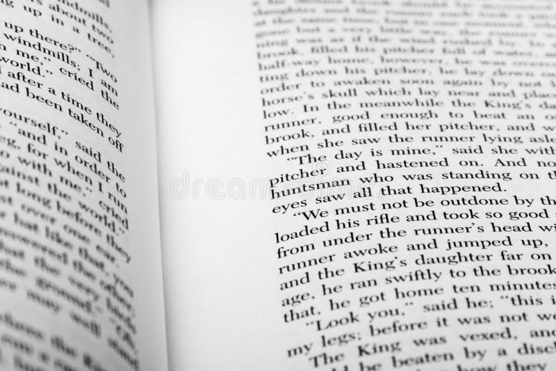 Palabras inglesas mostradas en dos páginas abiertas del libro imágenes de archivo libres de regalías