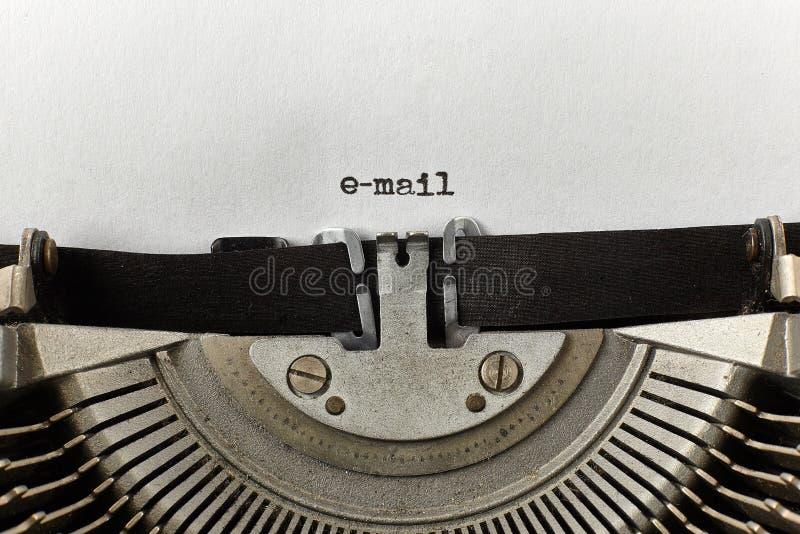 Palabras mecanografiadas email en una máquina de escribir del vintage fotografía de archivo libre de regalías