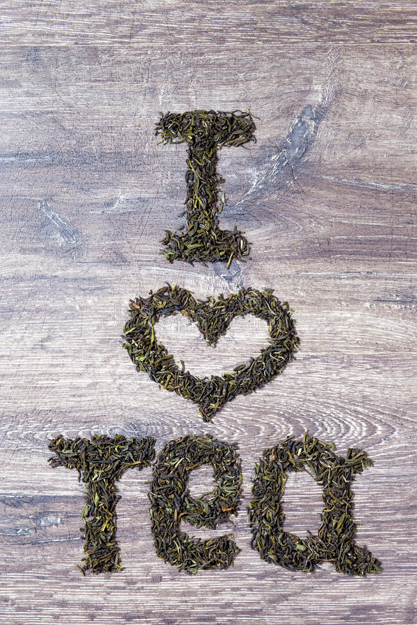 Palabras te amo hechas de hojas de té verdes imagen de archivo
