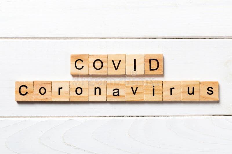 Palabras vivas escritas en bloques de madera Covid texto en mesa de madera para su diseño, Wuhan Coronavirus, 2019-nCoV vista sup imagenes de archivo