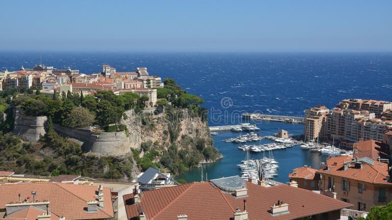 Palace de príncipe de Mónaco en el acantilado sobre el puerto deportivo fotos de archivo libres de regalías