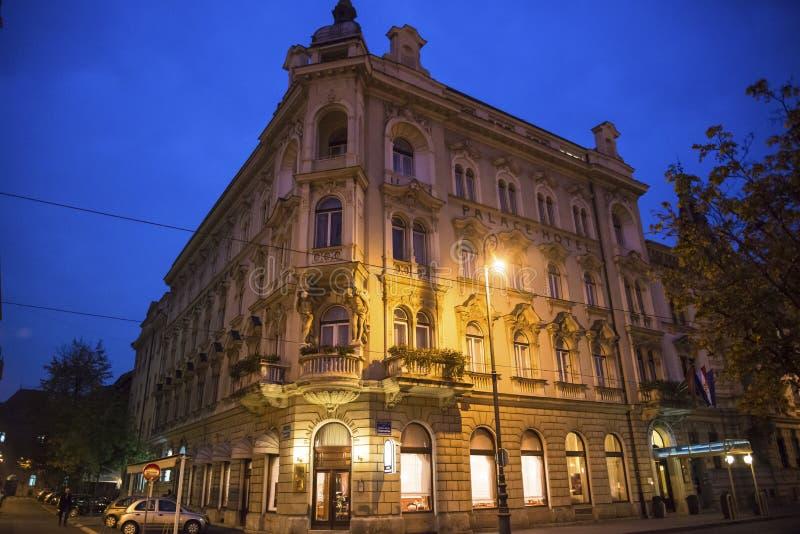 Palace Hotel dat bij nacht, Zagreb, Kroatië wordt aangestoken stock foto's