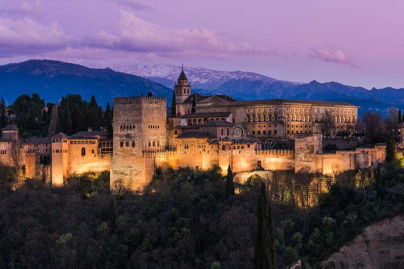 Palacio árabe iluminado de Alhambra en Granada, España imágenes de archivo libres de regalías