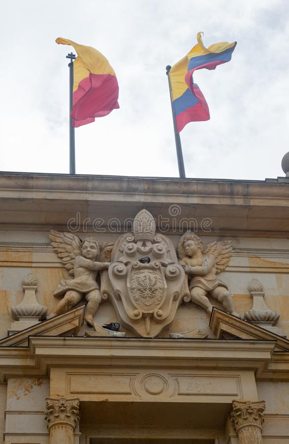 Palacio Arzobispal com a Colômbia e as bandeiras oficiais de Bogotá imagem de stock royalty free