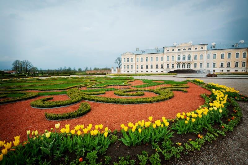 Palacio barroco del estilo con el jardín francés imagen de archivo libre de regalías