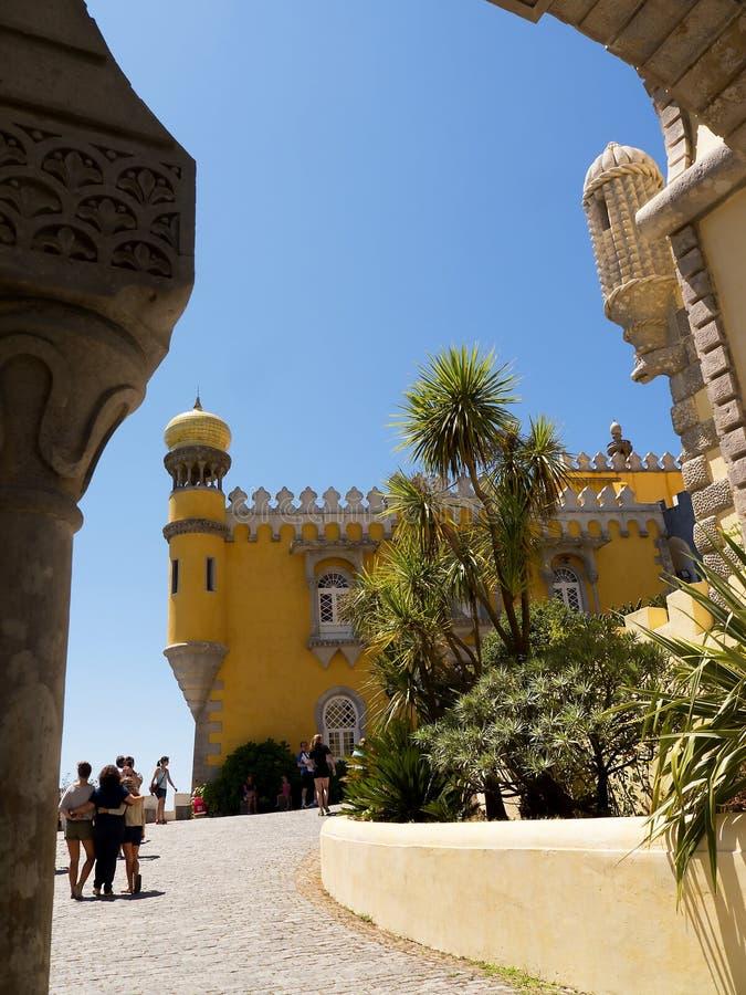 Palacio da Pena i Sintra Portugal är en lös fantasi av kupoler, torn, crennelations och vallar arkivbild