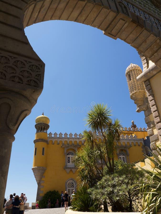 Palacio da Pena i Sintra Portugal är en lös fantasi av kupoler, torn, crennelations och vallar arkivbilder