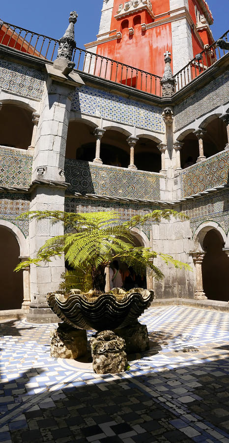 Palacio da Pena i Sintra Portugal är en lös fantasi av kupoler, torn, crennelations och vallar arkivfoto