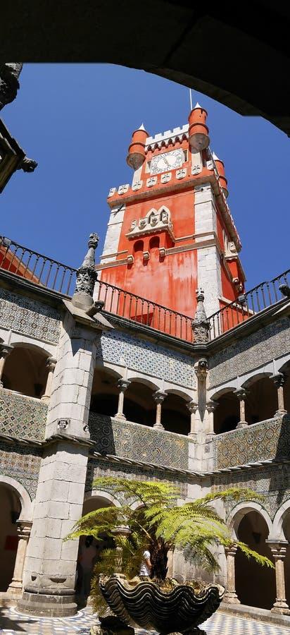 Palacio da Pena i Sintra Portugal är en lös fantasi av kupoler, torn, crennelations och vallar royaltyfri fotografi