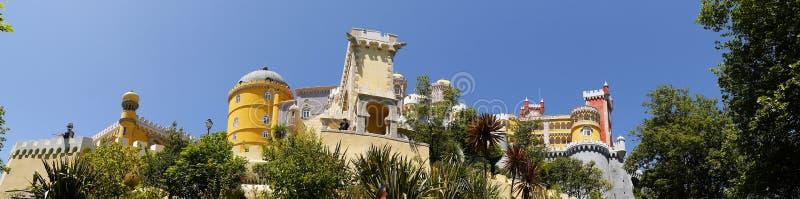Palacio da Pena i Sintra Portugal är en lös fantasi av kupoler, torn, crennelations och vallar fotografering för bildbyråer