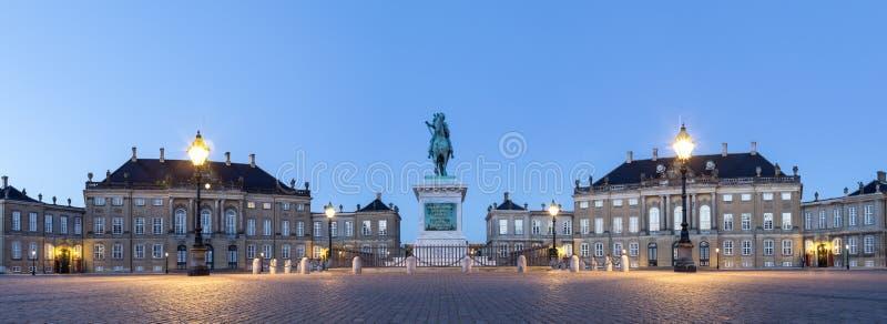 Palacio de Amalienborg en Copenhague por noche fotografía de archivo libre de regalías