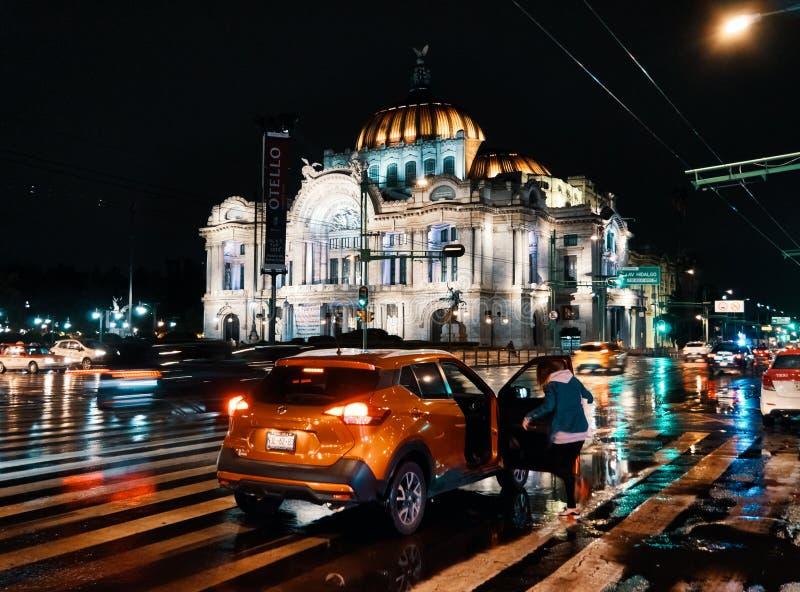 Palacio de Bellas Artes av Mexico - stad på natten royaltyfri foto