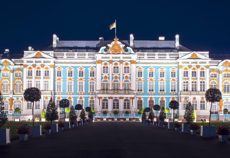 Palacio de Catherine en Tsarskoe Selo Pushkin en la noche, St Petersburg, Rusia fotos de archivo