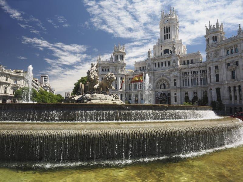 Palacio de Cibelas med statyn och springbrunnen Madrid Spanien arkivfoton