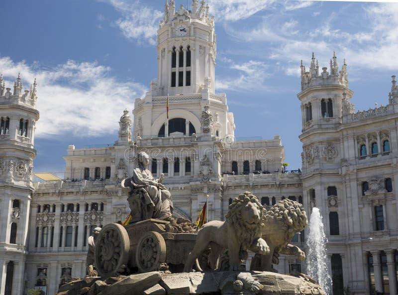Palacio de Cibelas med statyn och springbrunnen Madrid Spanien arkivfoto