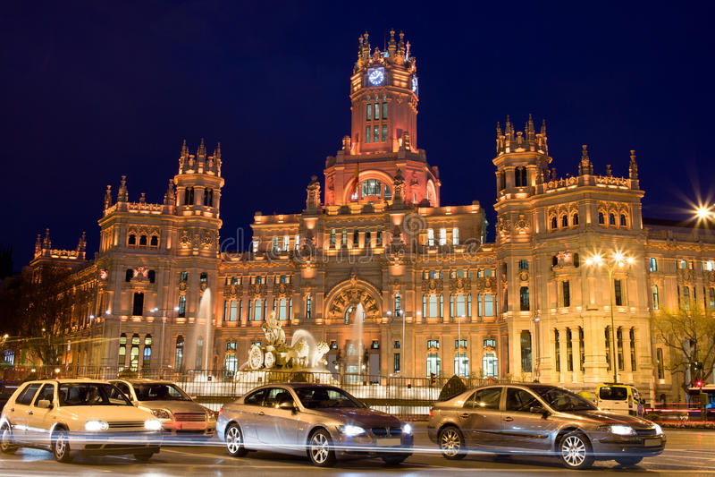 Palacio de Comunicaciones auf Plaza de Cibeles stockfotos