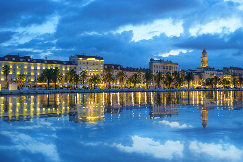 Palacio de Diocletian y catedral con la reflexión del agua, Dalmacia, Croacia del St Domnius fotos de archivo