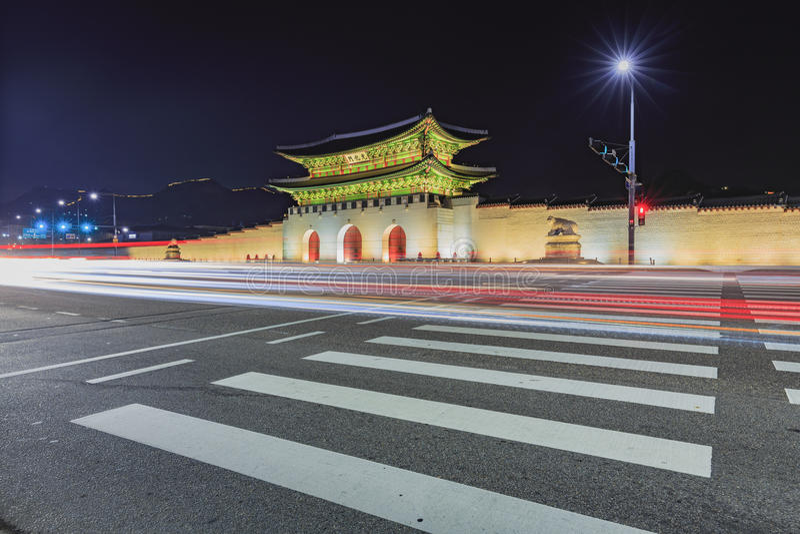 Palacio de Gyeongbokgung en la noche en Corea del Sur, con el nombre de t foto de archivo