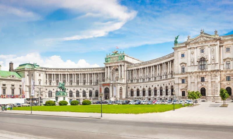 Palacio de Hofburg con Heldenplatz en Viena, Austria fotografía de archivo