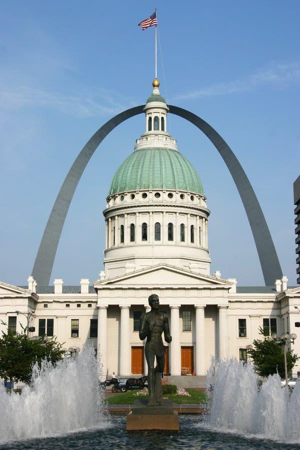 Palacio de justicia de St. Louis y arco del Gateway con la fuente fotografía de archivo libre de regalías