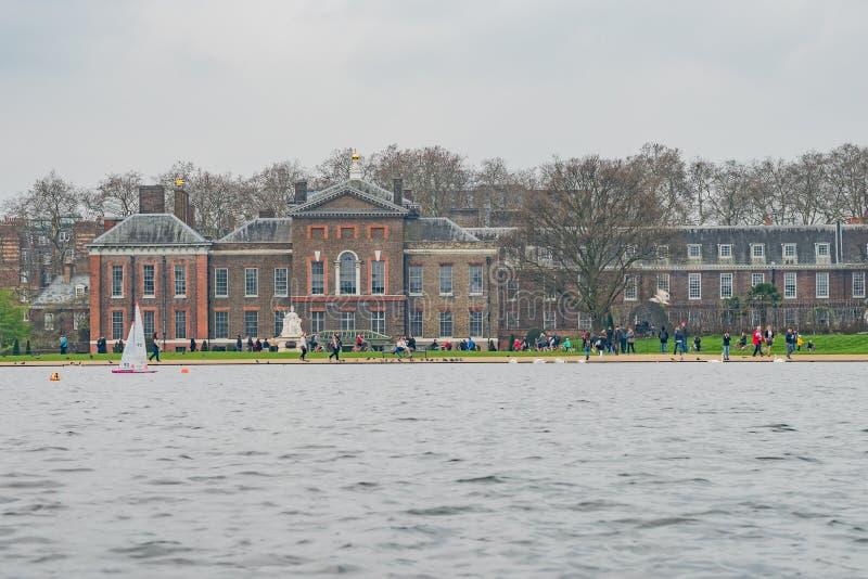 Palacio de Kensington con la nave modal en frente imágenes de archivo libres de regalías