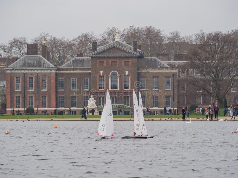 Palacio de Kensington con la nave modal en frente fotos de archivo libres de regalías
