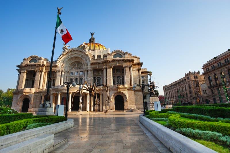 Palacio de la fachada de las bellas arte y de la bandera mexicana imagen de archivo