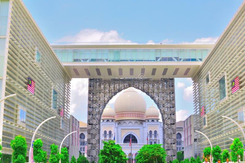 Palacio de la justicia dentro del arco foto de archivo