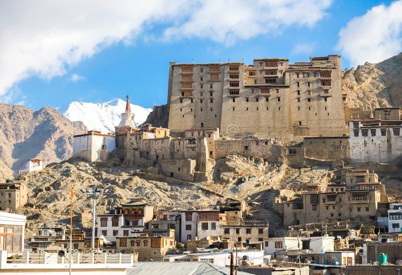 Palacio de Leh, es un palacio real anterior que pasa por alto el Ladakhi imagenes de archivo