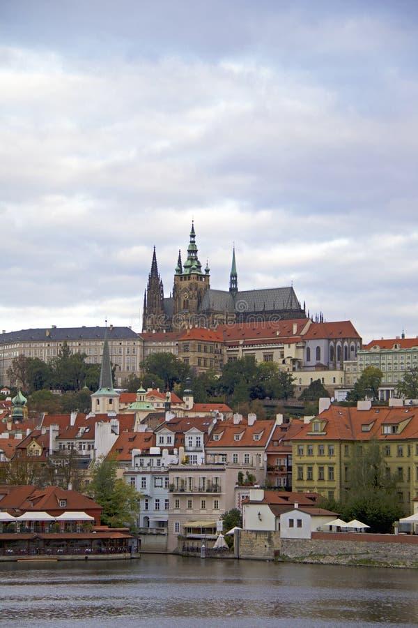 Palacio de Lobkowitz en Praga y el río de Moldava imágenes de archivo libres de regalías