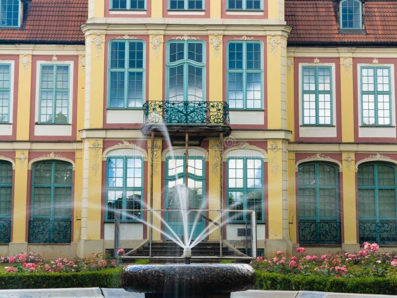 Palacio de los abades en el parque de Gdansk Oliva edificio con la fuente fotografía de archivo