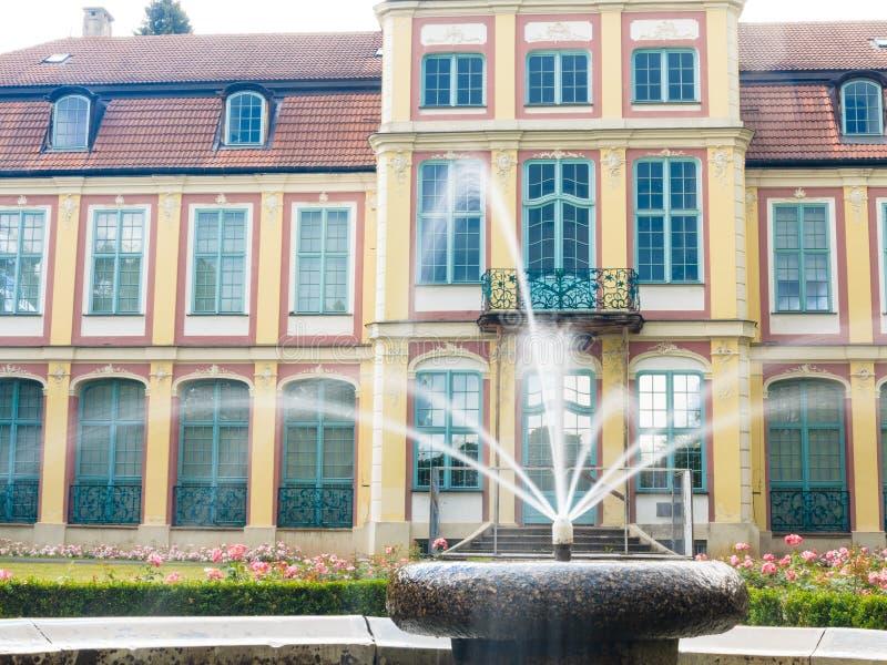 Palacio de los abades en el parque de Gdansk Oliva edificio con la fuente fotos de archivo