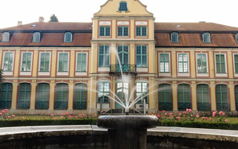 Palacio de los abades en el parque de Gdansk Oliva edificio con la fuente imagen de archivo