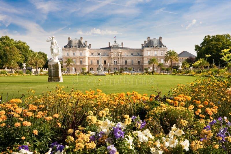 Palacio de Luxemburgo con las flores imagen de archivo libre de regalías